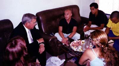 El Jefe de la Oficina de Intereses en Cuba James Cason, durante una visita a la Casa de Osvaldo Alfoso. Foto publicada en el sitio de Cuba Socialista