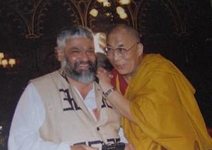 A la izquierda y junto al Dalai Lama, Alfred De Tavares, nuestro colega de PROFOCA (Asociación de corresponsales extranjeros en Suecia), participante en la fundación del partido de los
