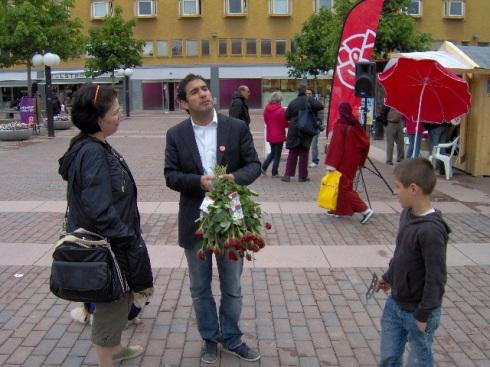 Ardalan Shekarabi, joven de origen iraní, nacido en Manchester en 1978, sus padres retornaron a Iran y luego le trajeros a Suecia a la edad de 11. En la imagen lo vemos promoviendo su candidatura en la plaza de Skärholmen, por los socialdemócratas, al momento de ser tomada la foto hablaba en persa con una transeunte. Foto: Carlos M. Estefanía