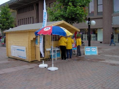 Caseta de los trabajadores electorales del Partido Moderado, en la Plaza Skärholmen