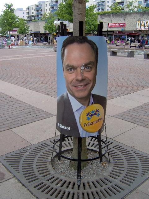 Afiche del Folkparti razgado por los antirracistas en la plaza de Skärholmen. Foto: Carlos M. Estefanía