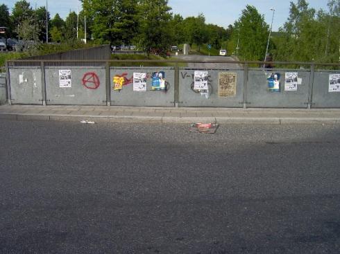 Entre los afiches electorales,  alguien pintó la A dentro de un círculo, el símbolo de los anarquistas. Foto. Carlos M. Estefanía
