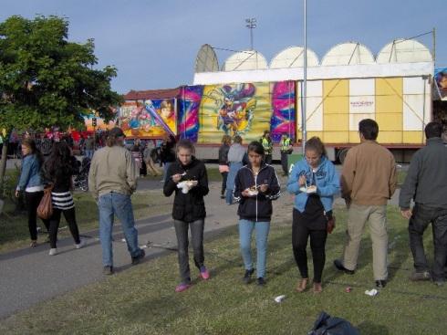 Feria de familias extanjera celebrada en Fittja, junto al lago Alby. Al final dos policías vigilan. Foto. Carlos M. Estefanía