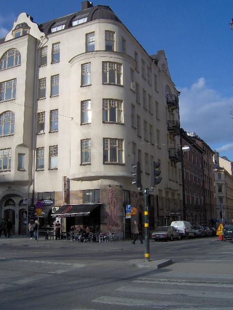 Edificio en cuyos bajos se encuentra el Restaurante Habana, lugar donde fue bautizado un trago con el nombre de Mae Liz  como parte de la campaña electoral de la cubana