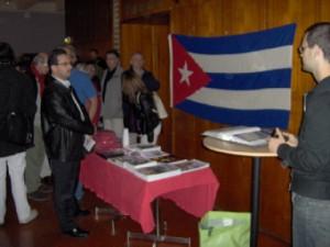 Alexis Gainza frente a la bandera cubana, fuera del salón poco antes de que le impidieran la entrada y tuviese que venir acompañado de un guardián. Foto. Carlos M. Estefanía