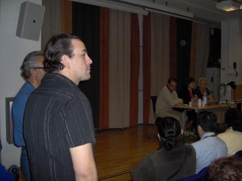 Dos personajes se plantan a manera de custodios se plantan a nuestro lado al comenzar la conferencia. Foto: Carlos  M Estefanía