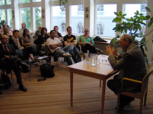 Emilio Raúl Zaffaroni  durante su conferencia en el Instituto Latinoamericano de la Universidad de Estocolmo. Foto: Carlos M. Estefanía