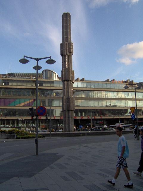 Casa de la Cultura de Estocolmo, a sus piés se encuentra la Plaza de Sergel donde cada año los castristas sueco-latinoamercianos conmemoran algo que nada tiene que ver con la cultura, el asalto al Cuartel Moncada.  Foto: Carlos M. Estefanía