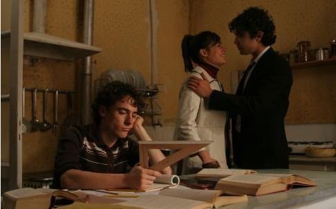 Es tambien la vieja historia del triángulo amoroso, la de dos hermanos enamorados de una misma chica