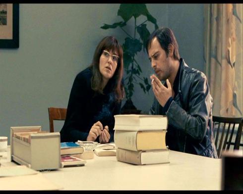 Martina Gedeck en su rol de la periodista Ulrike Meinhof, escena en la que valiendose de su condición de periodista Meihof se entrevista con con Baader para fascilitar la operación de rescate l