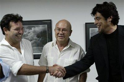 El actor cubano Jorge Perrugorria le estracha la mano a Benicio del Toro en el centro el presidete de la UNEAC, Miguel Barnet