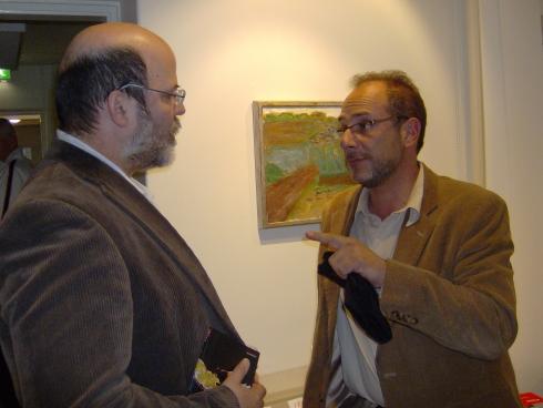 El hombre de Cuba Nuestra habla con Padilla al terminar la conferencia. Foto: Germán Díaz Guerra
