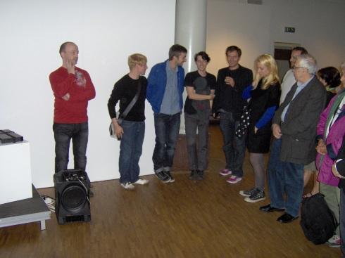Manen, el gestor cultural (quinto de derecha a izquierda) le da la palabra a los jóvenes artistas paraque hablen con los asistentes sobre sus obras. Foto: Carlos M. Estefanía