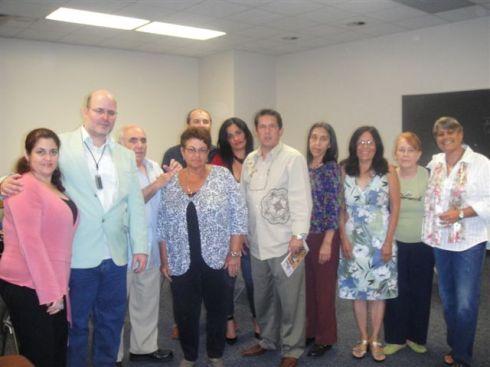 El Hombre de Cuba Nuestra en junto a los miembros de la asociación cultural The Cove/Rincón Internacional tras la presentación de la revista