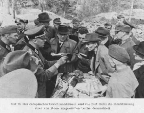 El ejercito nazi exhuma en Katyn los restos de los oficiales polacos ejecutados pos los soviéticos