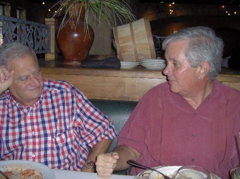 Los voceros Arnoldo Muller (derecha) y Oscar Visiedo durante durante un almuerzo en el Restaurante miamense Macaroni Grill, allí le darán más detalles sobre el funcionamiento de Consenso Cubano  al hombre de Cuba Nuestra. Foto: Carlos M. Estefanía