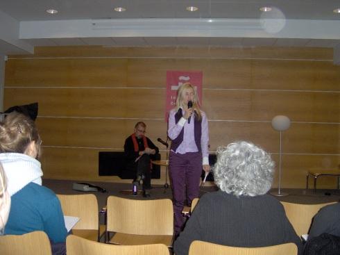 Zoe Alameda, directora del Cervantes, presenta la charla del escritor, historiador de arte y comisario de exposiciones Jorge Luis Marzo. Foto. Carlos M. Estefanía