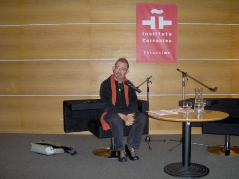 Jorge Luis Marzo ofrece su charla en el Cervantes de Estocolmo. Foto. Carlos M. Estefanía
