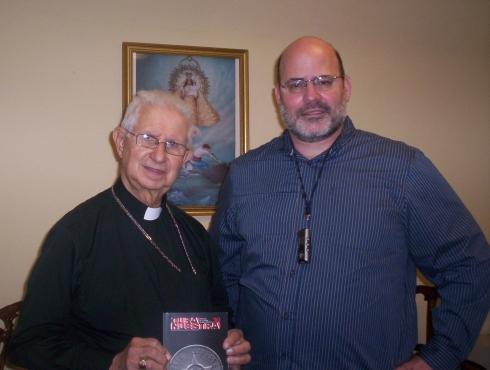 El Obispo Auxiliar Agustin A. Román, junto a Carlos M. Estefania,en una oficina de La Ermita de la Caridad