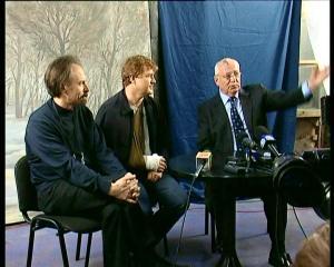 Gorbachov junto a los realizadores de la película