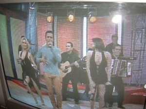 Secada flanqueado por dos bailarinas desconectaadas, frente a ellas los bailarines del ICRT lucen autéticos profesionales. Foto: Carlos M. Estefanía