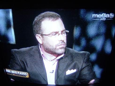 """Tony Cortés,  en la última emisión de """"Sobre mis paso"""" en el canal miamense de MegaTV. Foto. Carlos M. Estefanía"""